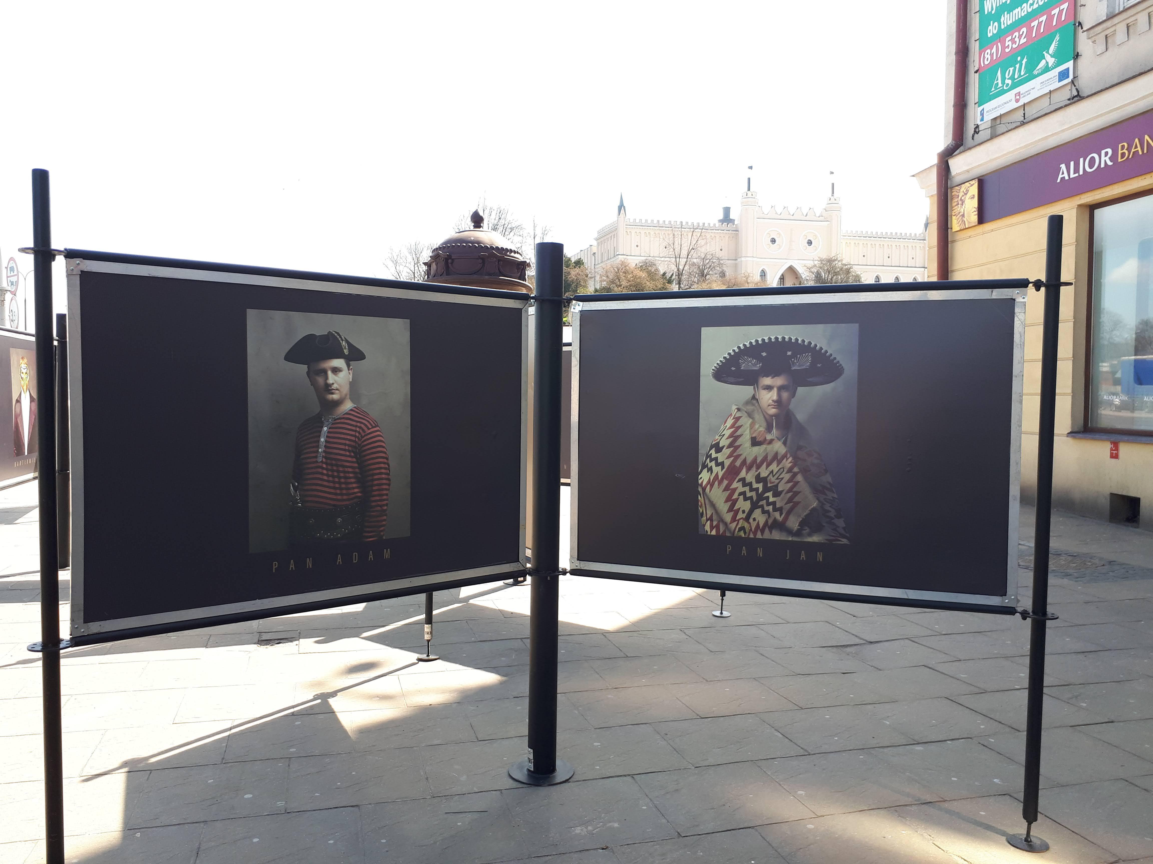 """Wystawa fotografii """"Dorośli w spektrum"""" w przestrzeni miasta"""